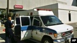 Paramedik di luar unit gawat darurat sebuah rumah sakit di Los Angeles.