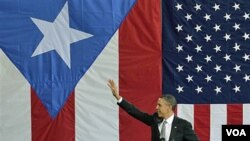 Presiden Barack Obama melambai kepada massa di San Juan, ibukota Puerto Rico (14/6).