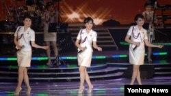 지난 1일 북한 평양에서 모란봉악단의 공연이 열렸다고 '조선중앙통신'이 2일 보도했다. 모란봉악단은 지난달 23일부터 주민들을 상대로 10회에 걸쳐 공연을 했다.