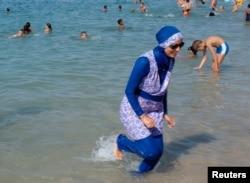 法国马赛的沙滩旁有女子穿布基尼