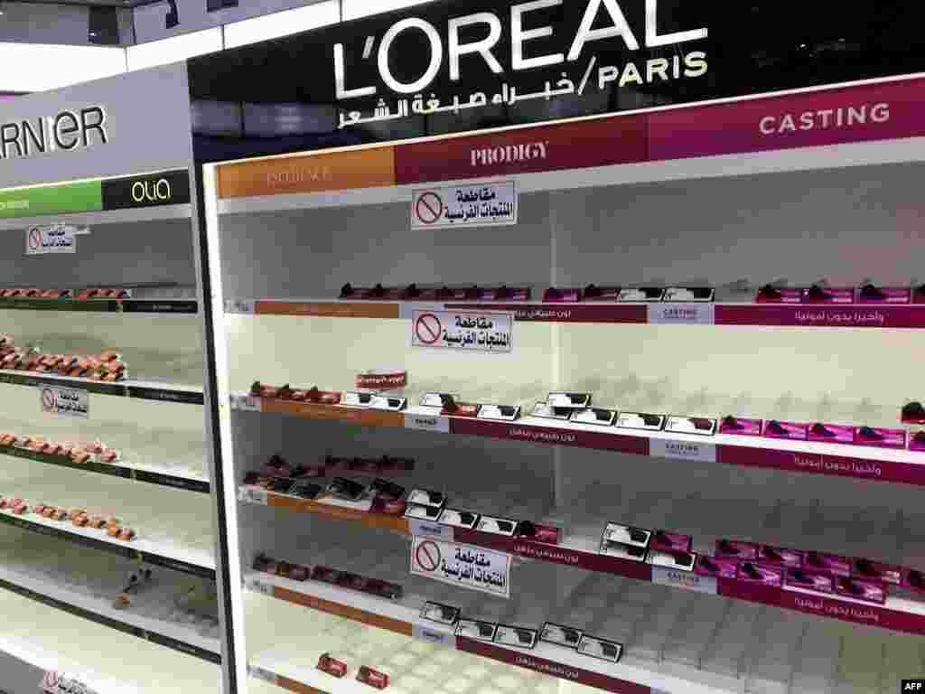 کویت کی سپر مارکیٹ میں فرانس میں بنی کھانے پینے کی مصنوعات کے ساتھ ساتھ میک اپ کا سامان بھی فروخت کرنا بند کر دیا گیا ہے۔ تقریباً تمام بڑے میک اپ برانڈز کو سپر اسٹور کے شیلف سے ہٹا دیا گیا ہے۔