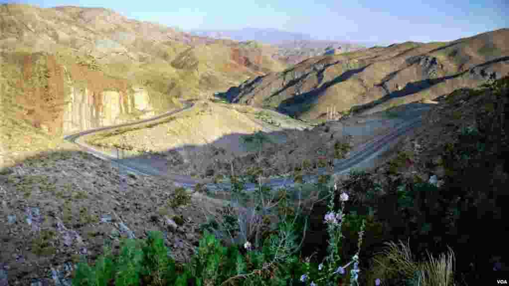 گردنه پر پیچ و خم و زیبا در مسیر جاده کوهستانی بجنورد به اسفراین عکس: محمد حاج محمدخانی (ارسالی شما)