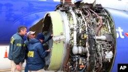 Istražitelji Nacionalnog odbora za bezbednost transporta ispituju oštećenja na motoru aviona Sautvest erlajnsa, koja su ga primorala da prinudno sleti na međunarodni aerodrom u Filadelfiji, 17. aprila 2018.