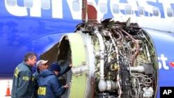 2018年4月17日,美國國家運輸安全委員會(NTSB)的調查人員查看出事的西南航空公司班機的受損引擎。 (圖片由NTSB通過美聯社發布)