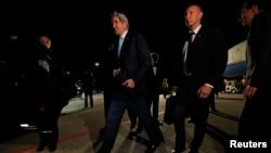 美国国务卿克里在保安人员簇拥下抵达日内瓦。(2014年4月16日)