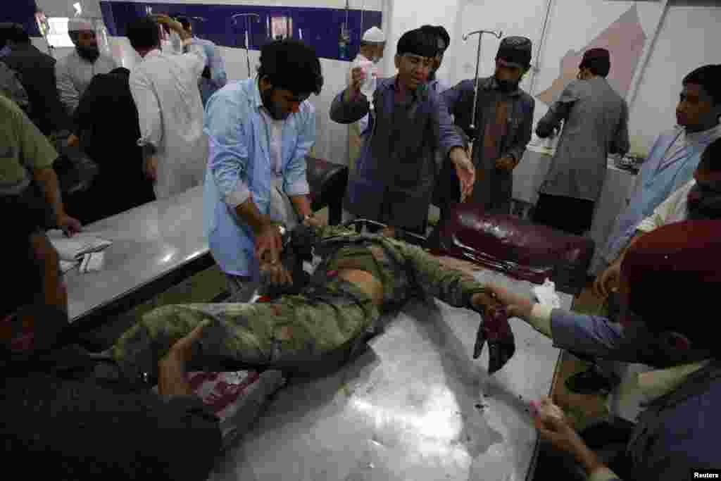 Medics treat a security official who was wounded in a bomb blast, Quetta, Pakistan, May 23, 2013.