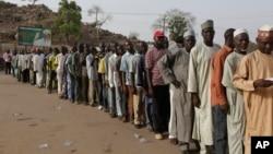 2015年3月28日在尼日利亚人们排队等待投票选举。