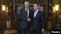 PM Rusia Dmitry Medvedev (kanan) menerima kunjungan PM Ukraina Mykola Azarov, Selasa (24/12) di Moskow.