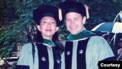 佐治亞州參議員歐曉瑜在醫學院畢業典禮上和丈夫的合影。 (照片經歐曉瑜本人同意使用)
