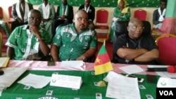 Josuah Osih, candidat au sein du parti Social Democratic Front, contre le chef de file de l'opposition John Fru Ndi, lors d'une conférence de presse à Douala, le 28 janvier 2018. (VOA/Emmanuel Jules Ntap)