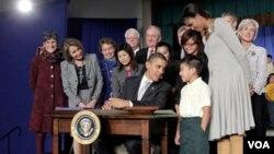 El presidente Obama conversa con Luis Turcios, de ocho años, sobre la nueva ley que garantiza nutritivos almuerzos para más estudiantes en las escuelas públicas del país.