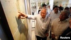 Ngoại trưởng Philippines Albert Del Rosario chỉ vào một bản đồ cổ trên màn hình bên cạnh Bộ trưởng Quốc phòng Voltaire Gazmin tại trường đại học Công giáo ở Manila. (Ảnh tư liệu chụp ngày 11/9/2014)
