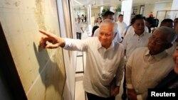 Ngoại trưởng Philippines Albert Del Rosario chỉ vào một bản đồ cổ bên cạnh Bộ trưởng Quốc phòng Voltaire Gazmin tại trường đại học Công giáo ở Manila.