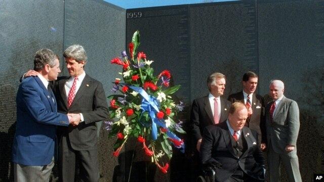 Senatori Čak Hejgel i Džon Keri na ceremoniji 7. marta 1997 u Vašingtonu, kojom je obeležena 15-godišnjica otvaranja spomenika vijetnamskim ratnim veteranima.