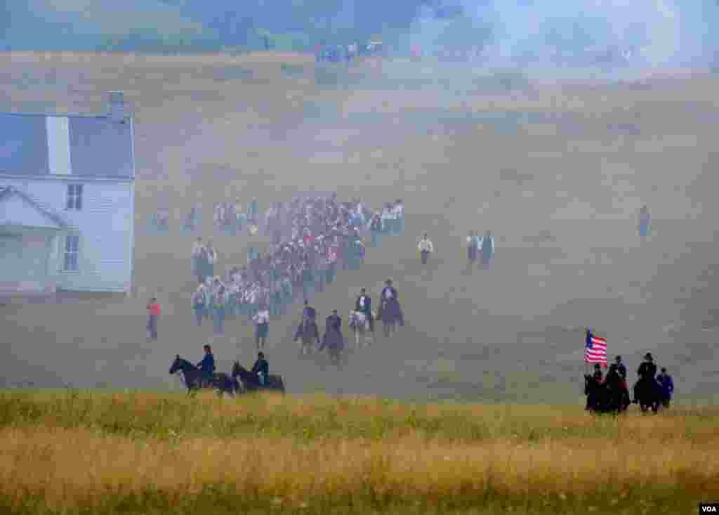 Передовой отряд южан выдвигается к месту сражения, в долину. На ближнем холме всаднике северян