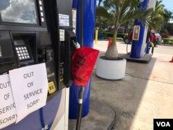 La alta demanda de combustible por parte de los residentes de Florida ordenados a evacuar las zonas amenazadas por el huracán Irma, ha dejado a muchas estaciones de gasolina sin combustible. Foto: José Pernalete, VOA. Sept. 7, 2017.