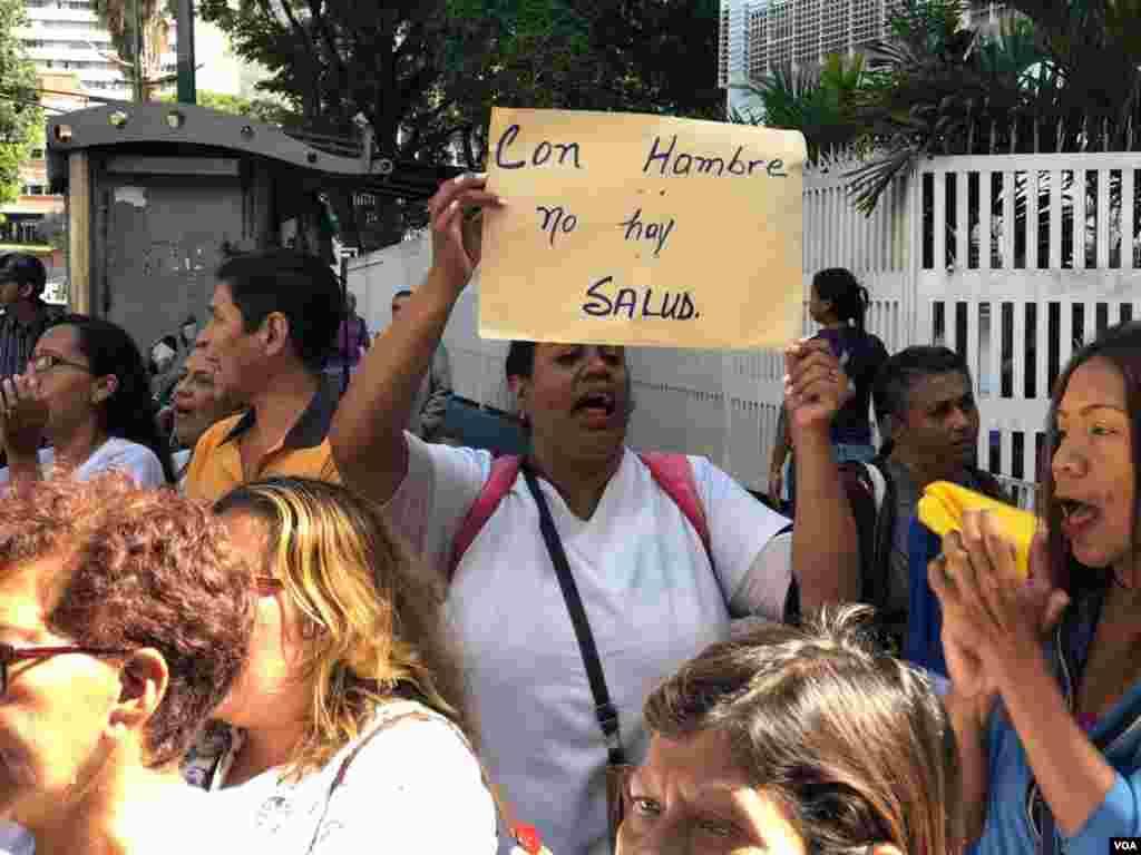 """Los manifestantes coreaban """"estamos protestando, o estamos guarimbeando"""" y """"otra vez, otra vez, a la calle otra vez""""."""