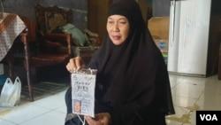 Istri almarhum Rudi Mulia Prabowo, yakni Sukaesih di kediamannya, Matraman, Jakarta. (Foto: VOA/Sasmito Madrim)
