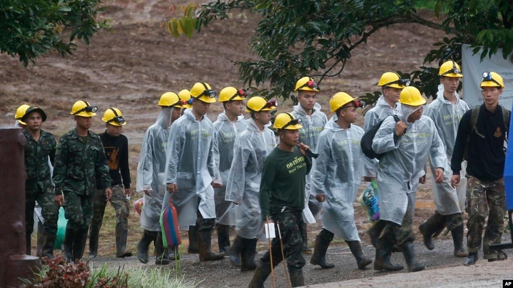 泰國營救人員2018年7月10日繼續岩洞救人行動(美聯社)