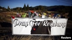 Hoa đặt bên ngoài trường cao đẳng cộng đồng Umpqua để tưởng nhớ các nạn nhân hôm 3/10.