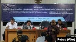 Workshop Inovasi Pengurangan Limbah Plastik untuk Hilirisasi Industri dan Masyarakat di kampus ITS Surabaya, 31 Agustus 2017. (Foto: VOA-Petrus Riski).