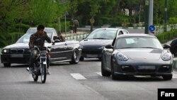 عکس آرشیوی از تردد خودروهای گران قیمت در ایران