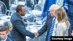 Rais Uhuru Kenyatta wa Kenya (Kushoto) asalimiana na Rais Donald Trump wa Marekani walipohudhuria mkutano wa G7 nchini Italia tarehe 27 mwezi Mei, 2017. Mkewe Trump, Melania Trump (Kulia), anawatazama.