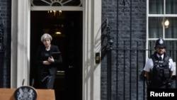 Perdana Menteri Inggris Theresa May bersiap untuk memberikan keterangan pers di luar Downing Street 10 setelah serangan teroris di Jembatan London dan Borough Market di London, Britain, 4 Juni 2017.