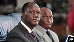 Le président Alassane Ouattara ( à gauche) et son homologue sénégalais Abdoulaye Wade, à Dakar