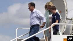 Capres partai Republik, Mitt Romney dan isterinya Ann Romney serta seorang cucu mereka saat tiba di bandara Tampa (28/8).