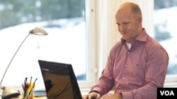 Henrik Eskilsson, de Tobbi Tecnology, utilizando el primer portátil controlado por los ojos.