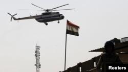 Helikopter ambulans membawa mantan presiden Hosni Mubarak ke Rumah Sakit Maadi di pinggir Kairo (22/8).