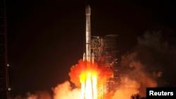 Roket Long March-3B membawa kendaraan penjelajah bulan Chang'e-3 meluncur dari Pusat Peluncuran Satelit Xichang, provinsi Sichuan, Senin dini hari (2/12). (Reuters/China Daily)