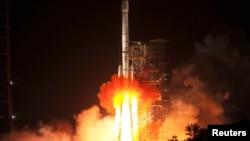 2013年12月2日西昌: 长征运载火箭携带嫦娥三号月球探测器点火起飞