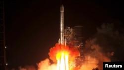 """တ႐ုတ္ႏိုင္ငံက """"ေက်ာက္စိမ္းယုန္ကေလး""""လို႔ အမည္ေပးထားတဲ့ အာကာသယာဥ္ငယ္ကို ဆီခၽြမ္ျပည္နယ္၊ အာကာသစခန္းကေန လကမၻာဆီ လႊတ္တင္ေနစဥ္။ (ဒီဇင္ဘာ ၂၊ ၂၀၁၃)"""