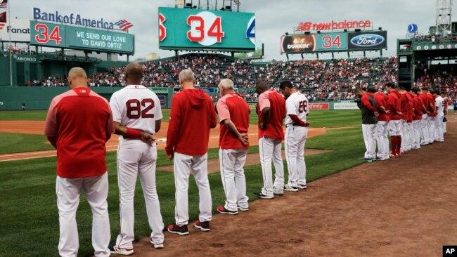 Los Medias Rojas de Boston y los fanáticos hacen una pausa por un momento en honor a Ortiz, antes de un partido de béisbol contra los Vigilantes de Texas en el Fenway Park en Boston.