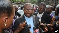 L'abbé Donatien Nshole, porte-parole de la Conférence épiscopale nationale du Congo (Cenco), s'entretient avec des journalistes à Kinshasa, RDC, le 21 décembre 2016.