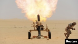 Saudijski vojnik ispaljuje granati na položaje pobunjenika