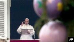 Decoraciones navideñas enmarcan el mensaje del papa durante el Angelus de este domingo, en que habló sobre el cambio climático.
