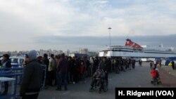 Người tị nạn xếp hàng để lấy thực phẩm tại cảng Piraeus ở Athens, Hy Lạp, ngày 17/3/2016.
