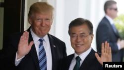 Presiden Amerika Serikat Donald Trump (kiri) menyambut Presiden Korea Selatan Moon Jae-in di Gedung Putih, Washington, 30 Juni 2017.