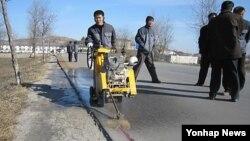 지난 2월 개성공단 출퇴근 도로의 보수 공사 모습.
