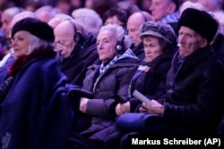 نازی کیمپوں میں ہولوکاسٹ کے دوران زندہ بچ جانے والے پولینڈ کی ایک تقریب میں شریک ہیں۔