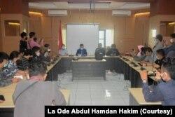 Wakil Rektor III UHO Bidang Kemahasiswaan dan Alumni, Nur Arafah (Baju Biru) memberikan keterangan pers kepada wartawan di Kendari, Sulawesi Tenggara. Selasa, 2 Maret 2021. (Foto: La Ode Abdul Hamdan Hakim)