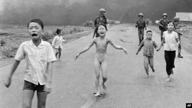 Ảnh 'Em bé Napalm' do nhiếp ảnh gia Nick Út chụp vào năm 1972.
