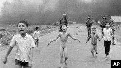 Esta foto de un ataque con napalm a una aldea vietnamita en junio de 1972, que le ganó un premio Pulitzer a un fotógrafo de Associated Press, fue censurada por Facebook y en la controversia se involucró el gobierno de Noruega.