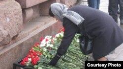 Горожане возлагают цветы