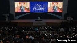 1일 한국 제주 서귀포 ICC에서 열린 2017 제주포럼 개회식에서 문재인 한국 대통령의 축사 영상이 상영되고 있다.