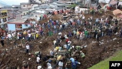 Nhân viên cứu hộ và người dân tìm kiếm người sống sót tại hiện trường vụ đất chuồi ở Manizales, phía tây bắc Colombia, Thứ Bảy 5/11/2011