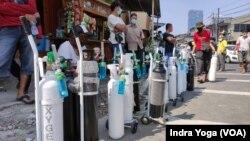 Antrean panjang warga yang ingin mengisi tabung oksigen untuk keperluan medis di Manggarai, Jakarta Selatan, di tengah lonjakan kasus baru COVID-19, Senin, 5 Juli 2021. (Foto: Indra Yoga/VOA)